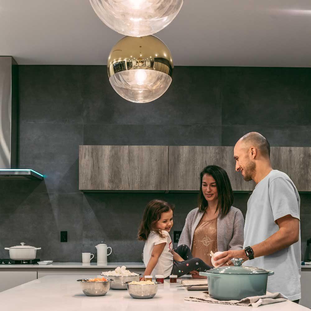 Familie kocht in der Küche